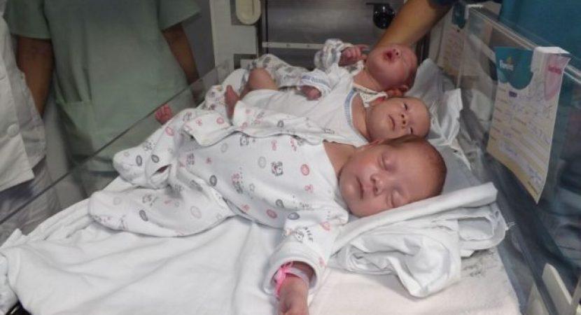 Tripleți abandonați în maternitate